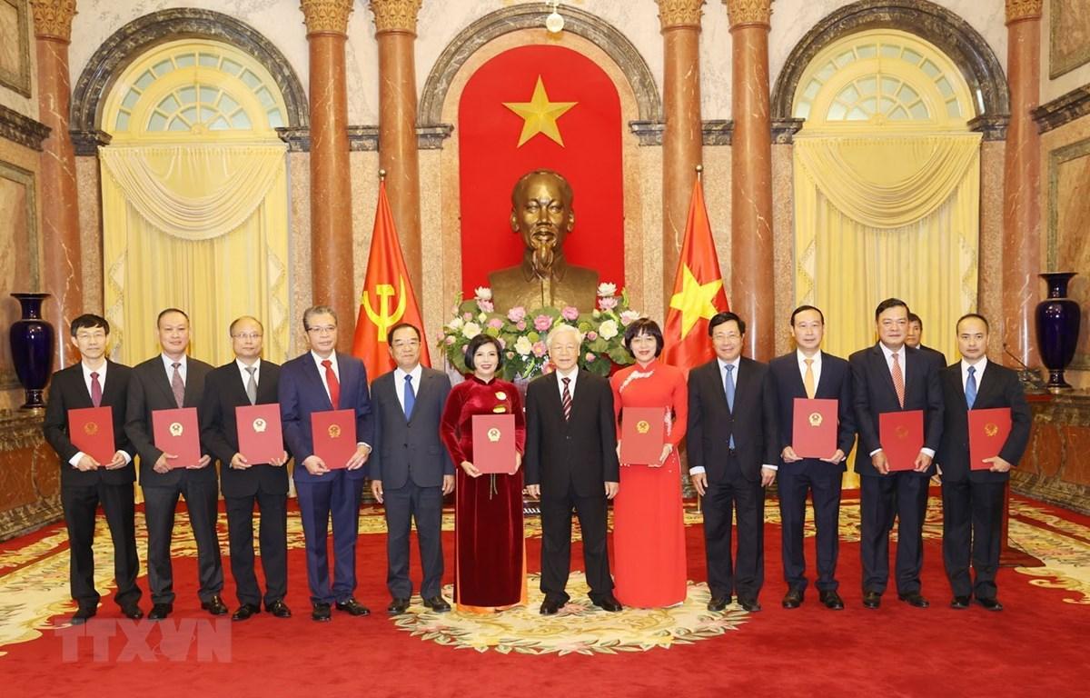 Tổng Bí thư, Chủ tịch nước Nguyễn Phú Trọng và các đại biểu với các Đại sứ mới được trao Quyết định. (Ảnh: Trí Dũng/TTXVN)