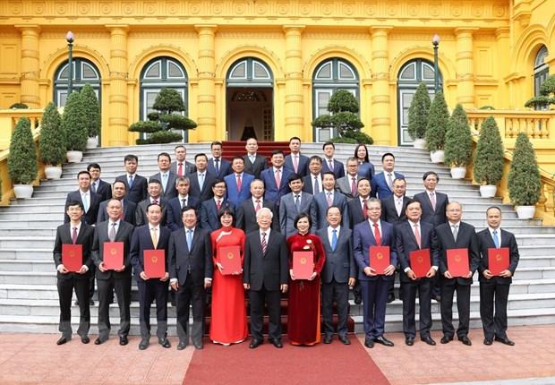 Tổng Bí thư, Chủ tịch nước Nguyễn Phú Trọng và các đại biểu chụp ảnh chung với các Đại sứ, Tổng Lãnh sự Việt Nam tại nước ngoài. (Ảnh: Trí Dũng/TTXVN)