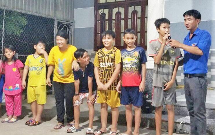 Đoàn viên Nguyễn Huỳnh Thế An tham gia tổ chức Trung thu cho trẻ em địa bàn xã