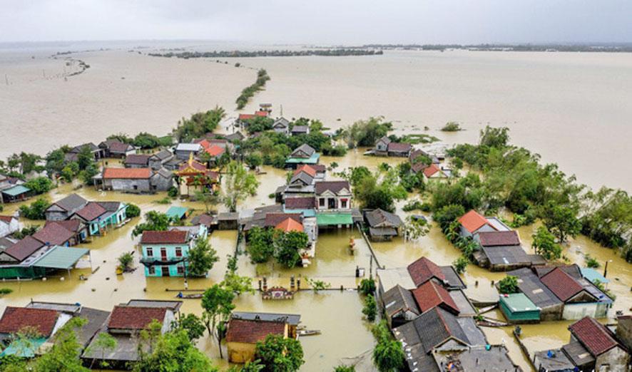 Một góc làng Vân Trình, xã Phong Bình, huyện Phong Điền, tỉnh Thừa Thiên-Huế nhìn từ trên cao khi nước lũ dâng cao (Ảnh: Tuổi Trẻ)