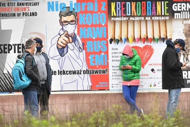 Người dân đeo khẩu trang phòng lây nhiễm COVID-19 tại Warsaw, Ba Lan. (Ảnh: PAP/TTXVN)