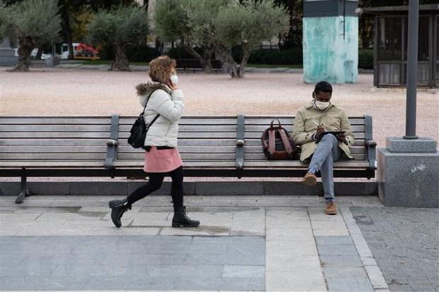 Người dân đeo khẩu trang phòng lây nhiễm COVID-19 tại Madrid, Tây Ban Nha. (Ảnh: THX/TTXVN)