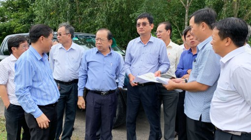 Vice Chairman of Long An People's Committee - Pham Van Canh works with Tan Hung district on basic construction works