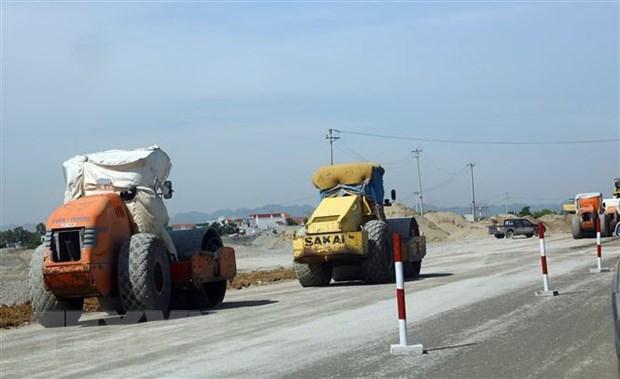 Thi công nền đường một phân đoạn thuộc tuyến cao tốc Bắc-Namn. (Ảnh: Huy Hùng/TTXVN)