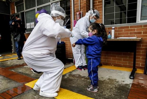 Kiểm tra thân nhiệt phòng lây nhiễm COVID-19 tại Bogota, Colombia, ngày 23/9/2020. (Nguồn: AFP/TTXVN)