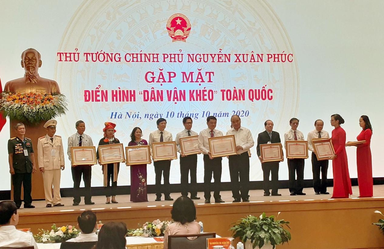 Thủ tướng Chính phủ - Nguyễn Xuân Phúc trao Bằng khen điển hình dân vận khéo cho ông Hà Minh Tuấn