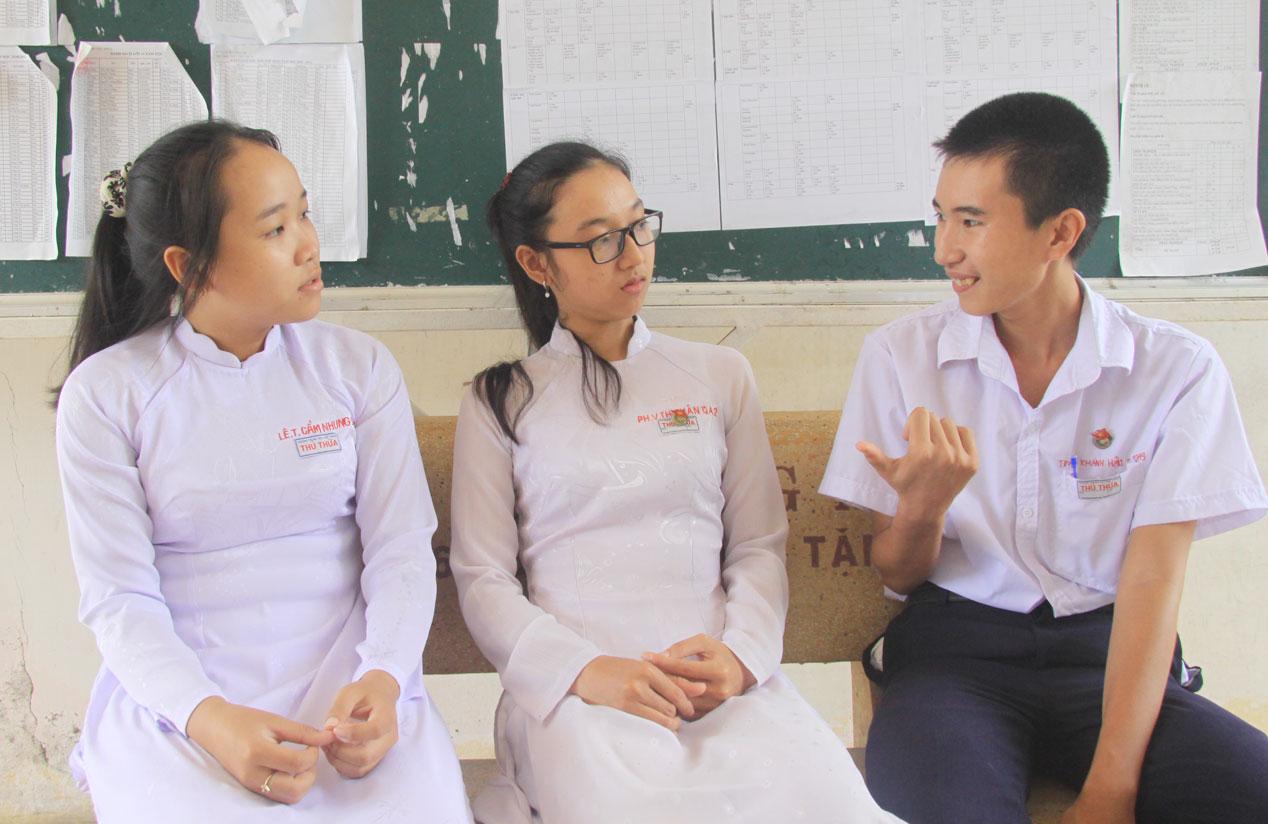 Học sinh thường xuyên trò chuyện để giúp nhau học tập và gắn kết tình bạn đẹp