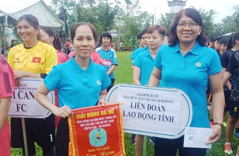Phó Chủ tịch Liên đoàn Lao động tỉnh - Lê Thị Thu Cúc tặng cờ lưu niệm cho các đội tham gia Giải bóng đá nữ