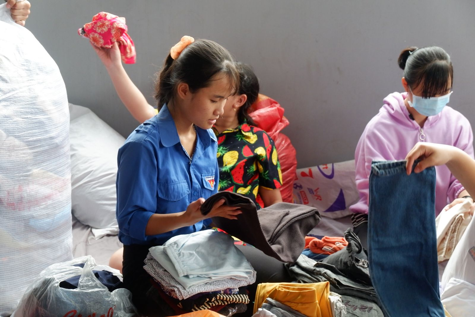 Đoàn viên, thanh niên phân loại, đóng gói vật phẩm, quần áo cũ