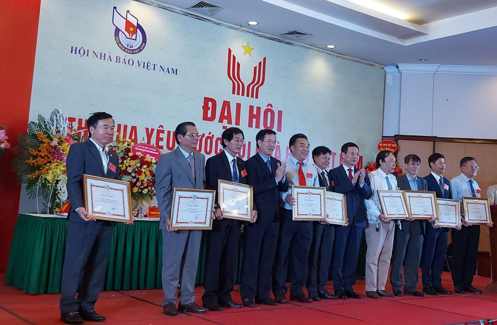 Các tập thể, cá nhân nhận bằng khen của Hội Nhà báo Việt Nam vì có thành tích xuất sắc trong phong trào thi đua yêu nước giai đoạn 2015-2020