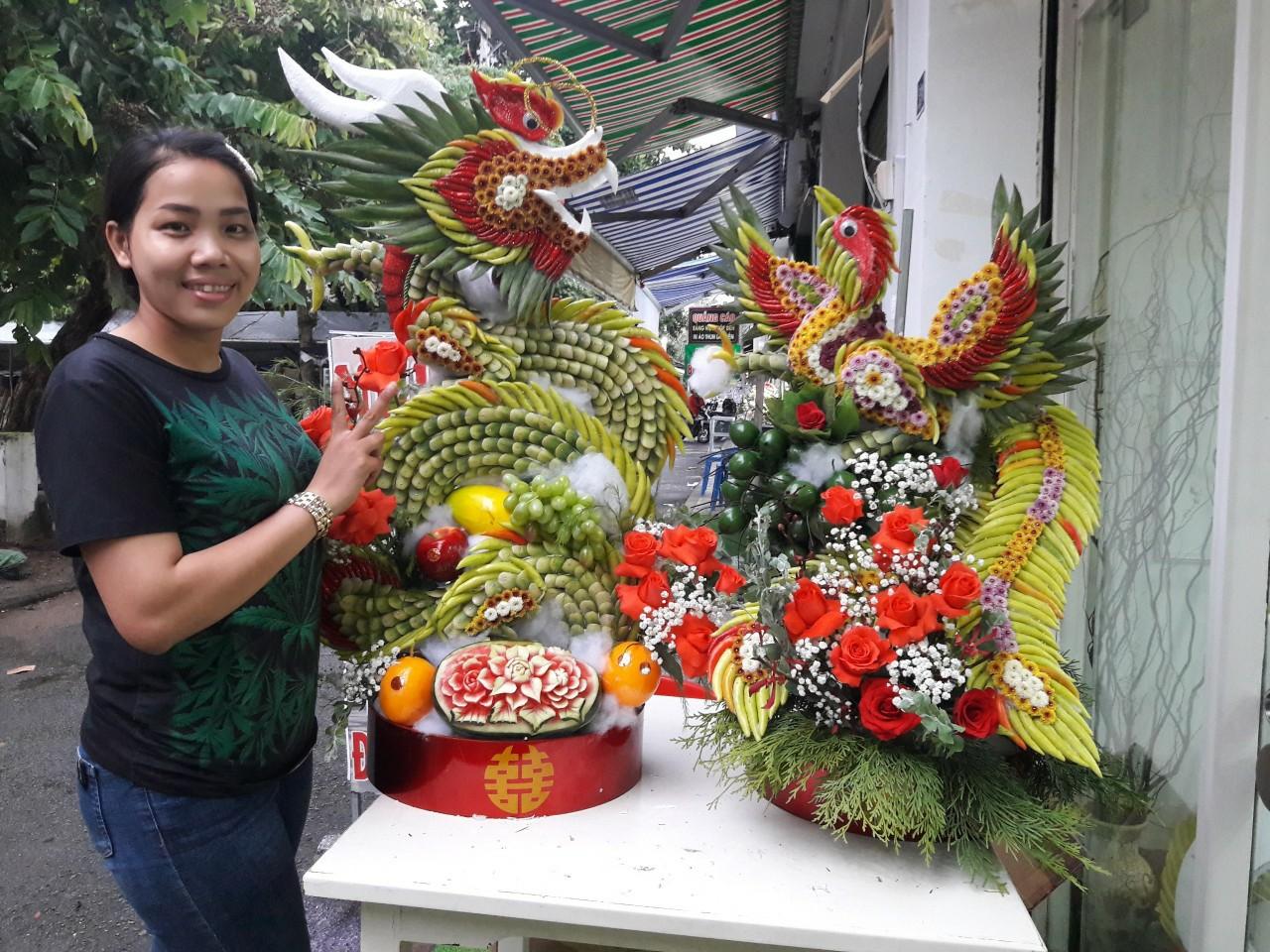 Chị Nguyễn Thị Thu Thiệt bên tác phẩm của mình