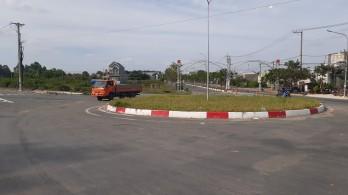 Tân Hưng bất cập tại vòng xoay từ Đường tỉnh 819 vào nội ô thị trấn