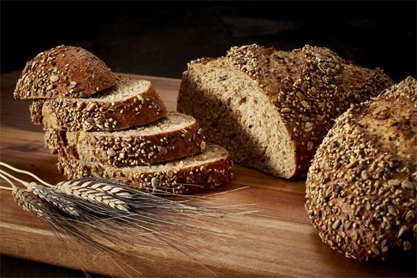 Bạn nên chọn bánh mì làm từ ngũ cốc nguyên cám. Ảnh minh họa: Crest Hill Bakery
