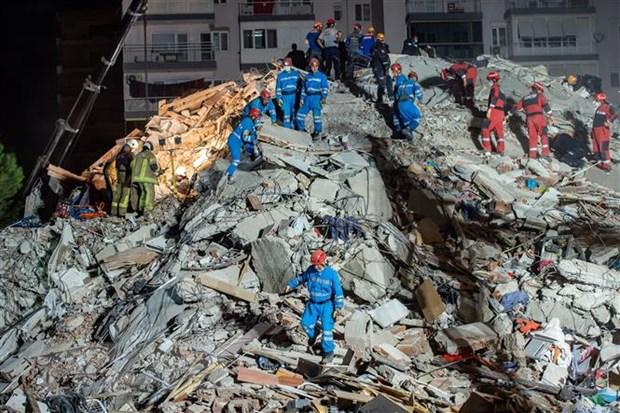 Lực lượng cứu hộ khắc phục hậu quả trận động đất ở Izmir, Thổ Nhĩ Kỳ ngày 30/10/2020. (Nguồn: AFP/TTXVN)