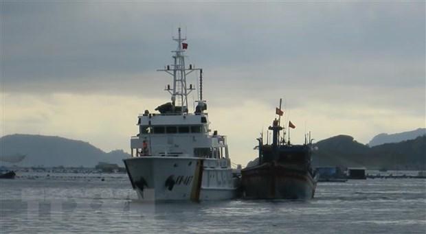 Tàu kiểm ngư 467 lai dắt tàu cá BĐ 98658 TS về Cảng Ba Ngòi, thành phố Cam Ranh, tỉnh Khánh Hòa. (Ảnh: Phan Sáu/TTXVN)