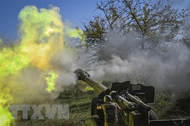 Binh sỹ Armenia nã pháo về phía lực lượng Azerbaijan tại khu vực tranh chấp Nagorny-Karabakh ngày 25/10/2020. (Nguồn: AFP/TTXVN)