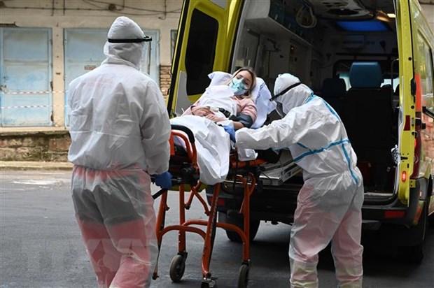 Chuyển bệnh nhân mắc COVID-19 từ xe cứu thương vào một bệnh viện ở Budapest, Hungary. (Ảnh: AFP/TTXVN)