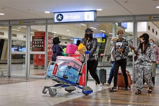 Hành khách đeo khẩu trang phòng lây nhiễm COVID-19 tại sân bay quốc tế OR Tambo, Johannesburg, Nam Phi. (Ảnh: THX/TTXVN)