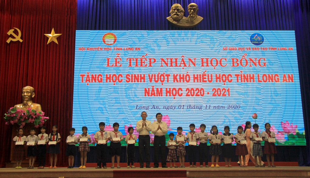 Former State President - Truong Tan Sang and leaders of Dong Binh Duong Urban Development Company Limited awarded scholarships to students