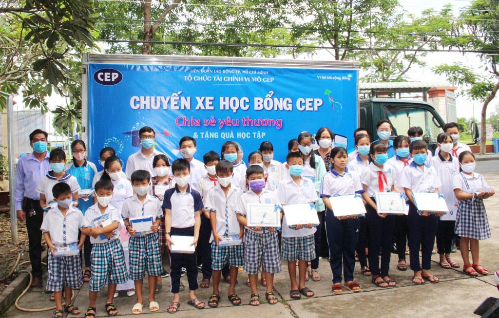 Hội Khuyến học huyện Châu Thành vận động mạnh thường quân thực hiện chương trình tiếp sức đến trường cho học sinh