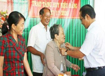 Bí thư Tỉnh ủy Long An – Nguyễn Văn Được trao Huy hiệu Đảng cho đảng viên