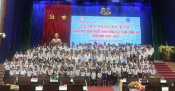 Former State President of State - Truong Tan Sang awards scholarships to studious needy students
