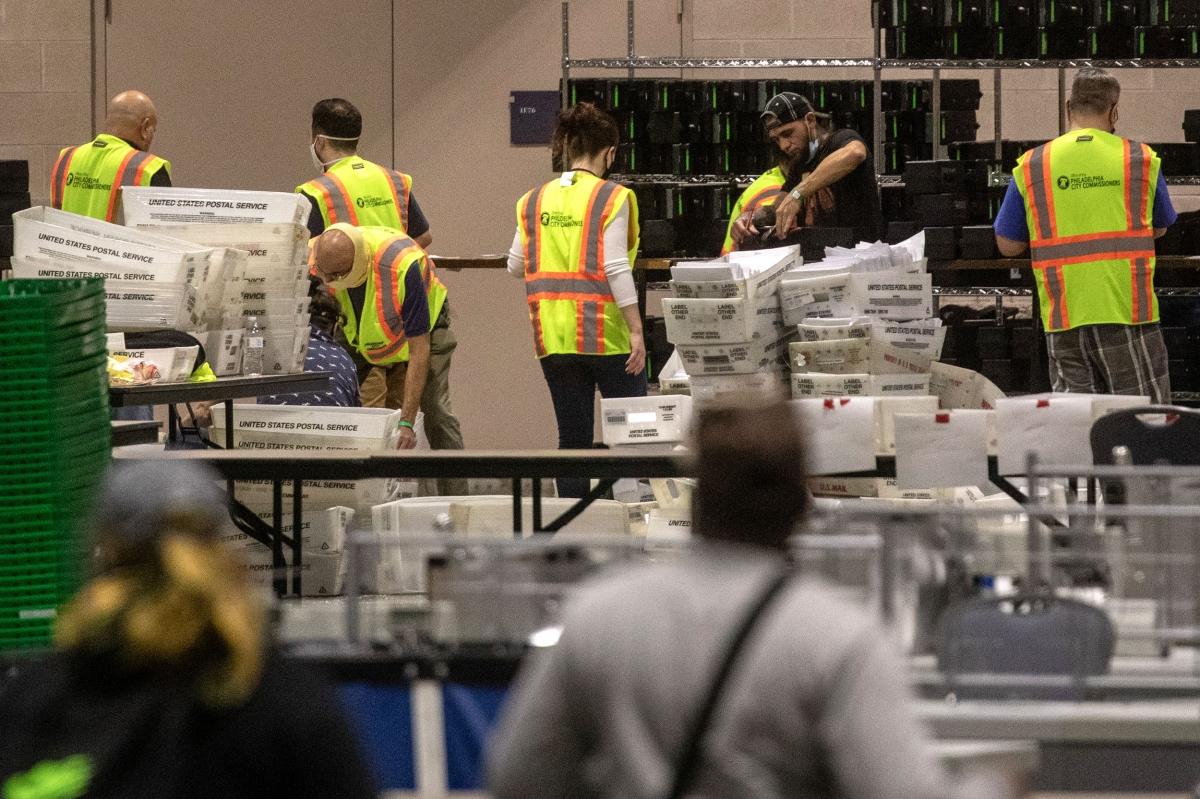 Các nhân viên kiểm phiếu tại Pennsylvania. Ảnh: CNN.