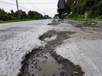 """Quốc lộ 62, N2 bị cày nát bởi hàng trăm """"ổ gà"""", """"ổ voi"""""""