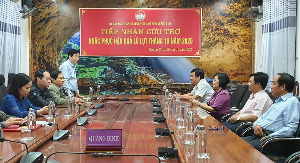 The delegation of Long An province (R) visits Quang Binh province
