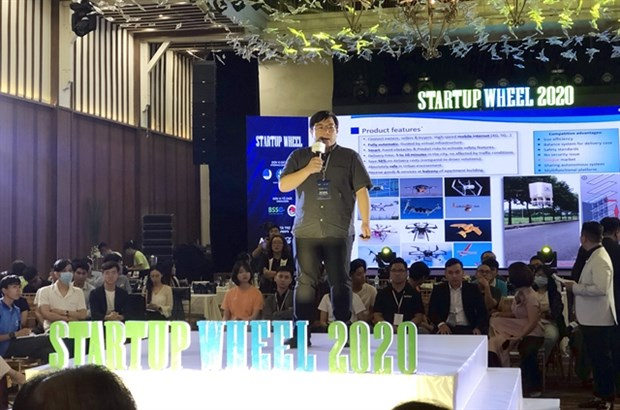 A Vietnamese start-up entrepreneur introduces his smart delivery drone system at a live pitching session in the semi-final of the 2020 Start-up Wheel in HCM City on November 13. (Photo: VNA)