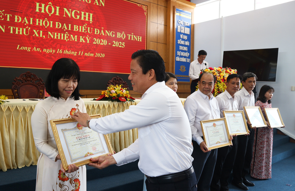 Vice Chairman of the Provincial People's Committee - Pham Tan Hoa awards Certificates of Merit to individuals with outstanding achievements in serving the Congress