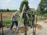 Bộ đội biên phòng sửa đường, xây nhà giúp dân