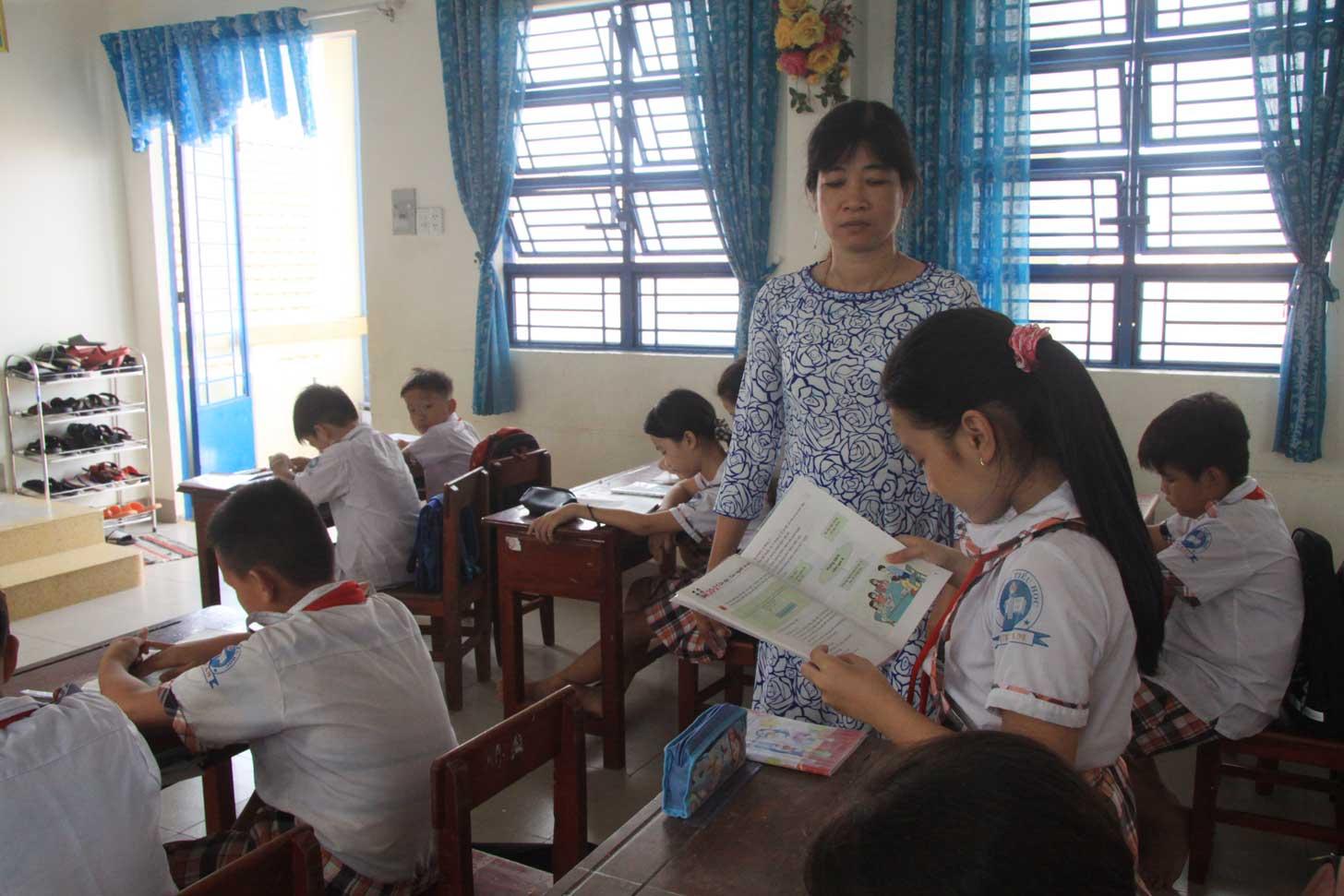 Cô Nguyễn Thị Thúy Diễm luôn quan tâm đến từng học sinh