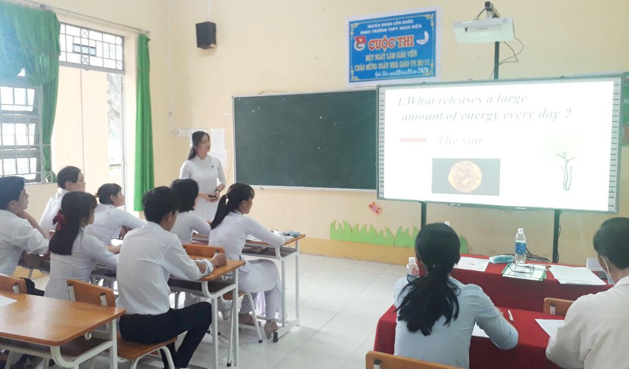 Học sinh trải nghiệm một ngày làm giáo viên