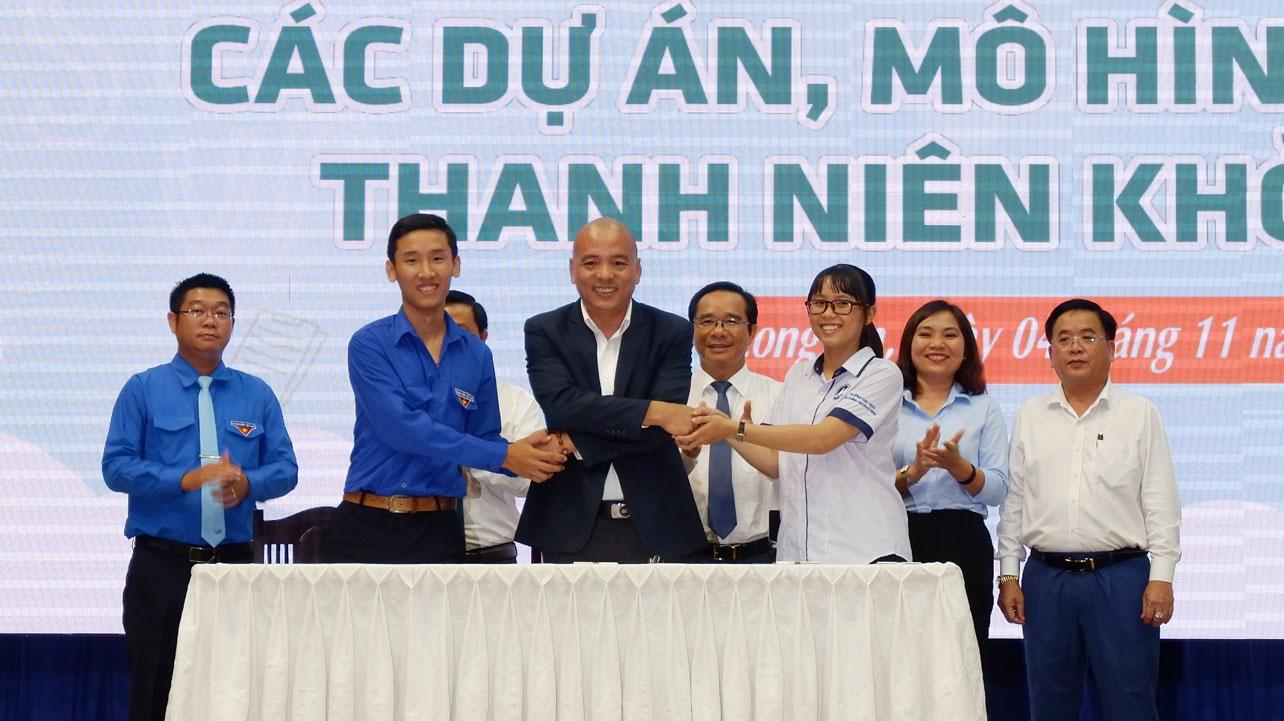 Em Lê Thiên Phú (bìa trái hàng trên) cùng Phó Chủ tịch thường trực Câu lạc bộ Địa ốc-Saigontimes Club - Nguyễn Thế Lợi ký kết ghi nhớ hỗ trợ đầu tư