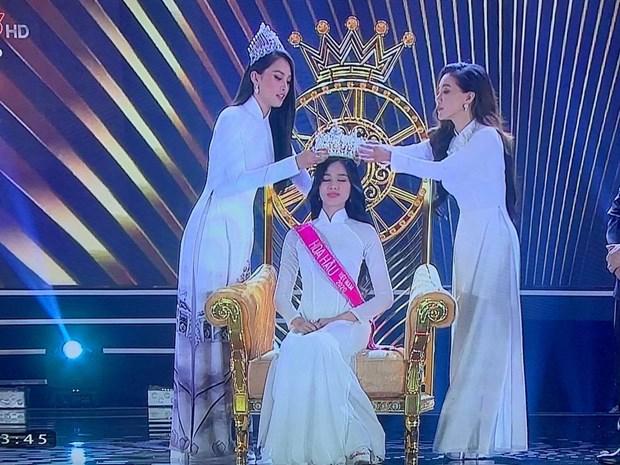 Khoảnh khắc tân Hoa hậu nhận vương miện từ Hoa hậu Tiểu Vy và Phó Trưởng ban tổ chức cuộc thi.