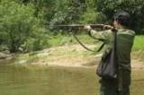 Dùng súng tự chế đi bắn cò, một thanh niên trúng đạn phải đi cấp cứu