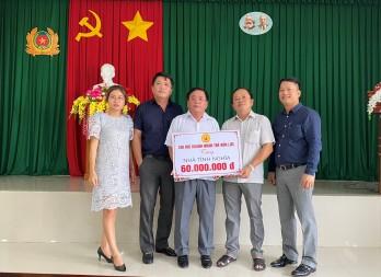 Chi hội Doanh nhân trẻ huyện Bến Lức trao tiền hỗ trợ xây dựng nhà tình nghĩa