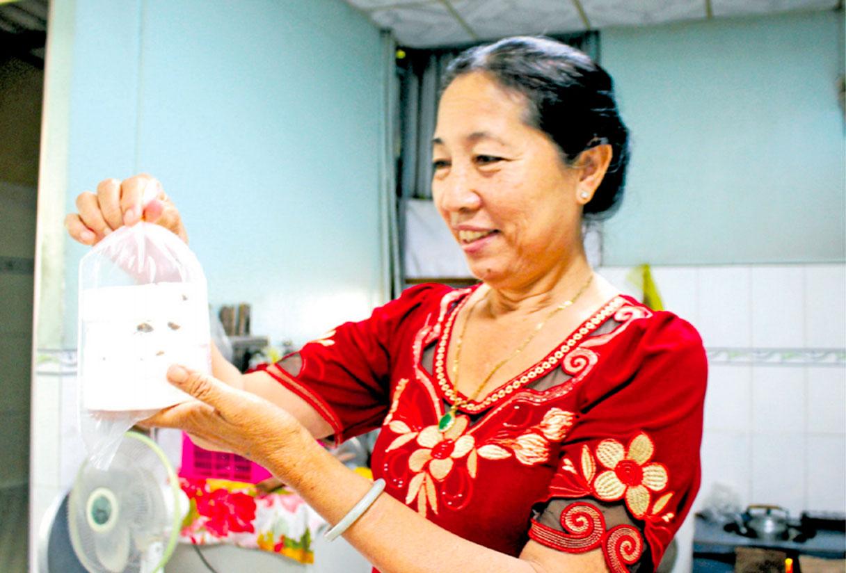 Chị Nguyễn Thị Bạch rất tâm huyết khi giữ gìn nghề truyền thống và sáng tạo thêm bánh in có hương vị mới