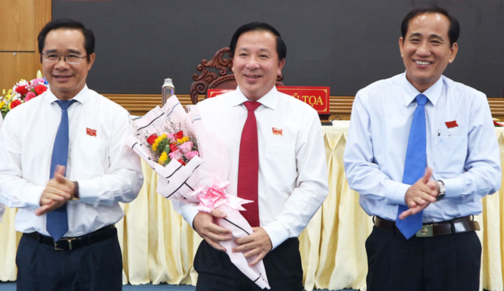 Mr. Nguyen Van Ut (middle) is approved the position as Chairman of Long An People's Committee. Photo: Ky Nam