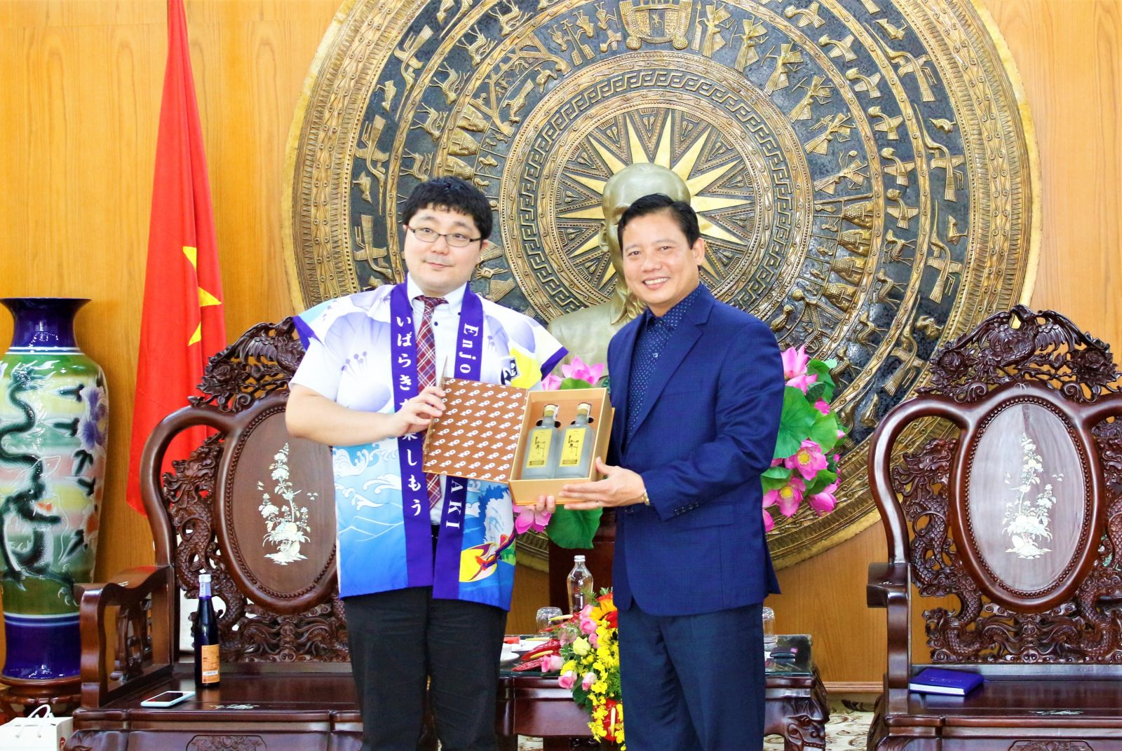Vice Chairman of the Provincial People's Committee - Pham Tan Hoa presents gifts to the government representatives of Ibaraki province, Japan