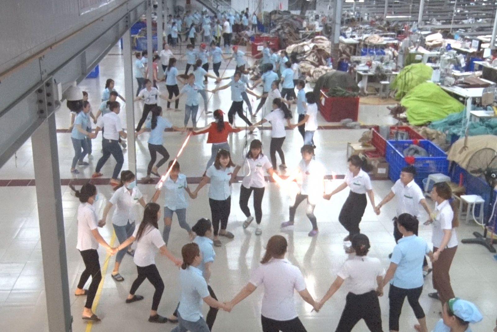 Công nhân, lao động Công ty TNHH MTV YS Vina tham gia tập thể dục tại nơi làm việc trước giờ làm