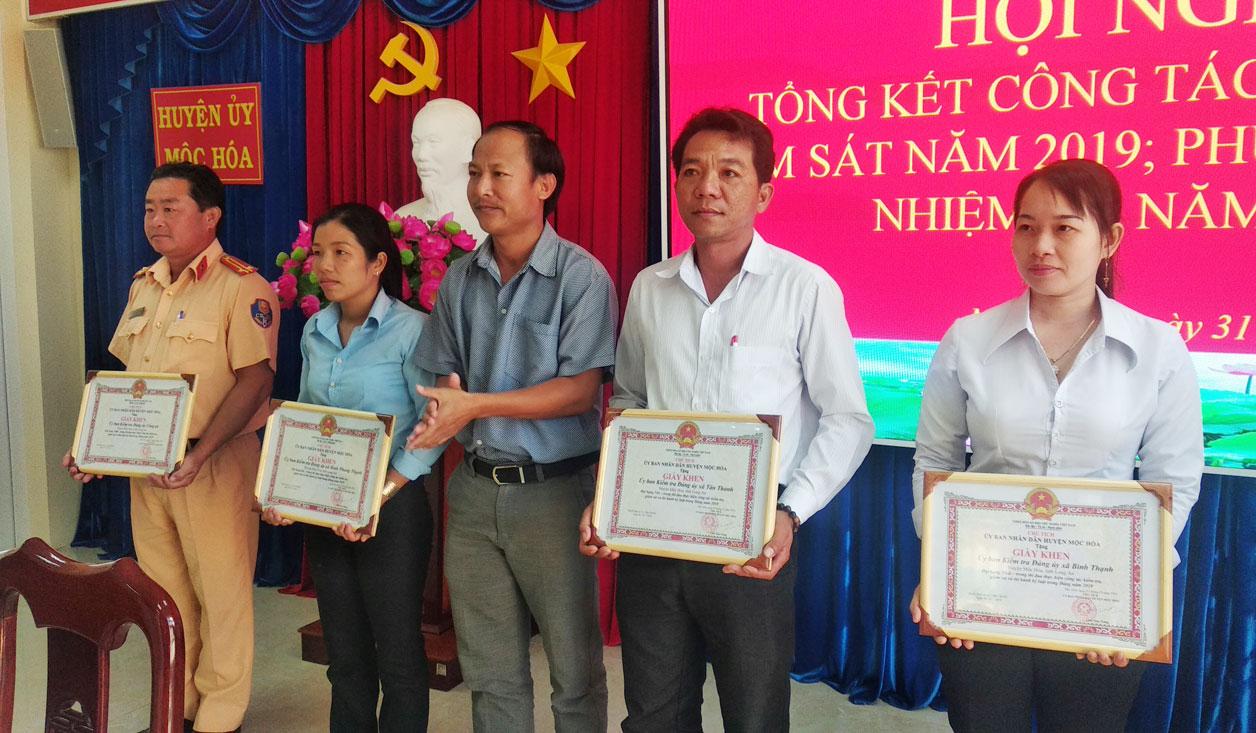 Phó Bí thư Thường trực Huyện ủy - Trương Hải Đăng trao giấy khen cho các tập thể đạt thành tích tốt trong công tác kiểm tra, giám sát năm 2019