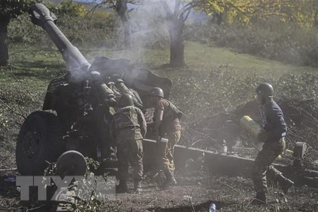 Binh sỹ Armenia nã pháo về phía lực lượng Azerbaijan ở khu vực tranh chấp Nagorny-Karabakh ngày 25/10/2020. (Ảnh: AFP/TTXVN)