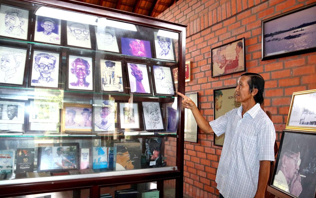 Ông Trương Văn Sáng - người quản lý tại Nhà lưu niệm Sơn Nam, bên khu vực trưng bày tranh biếm họa
