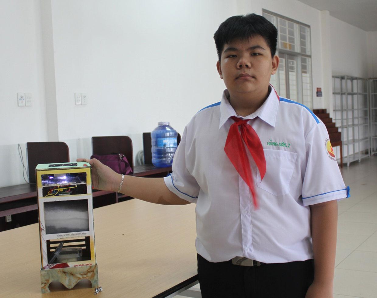 Đề tài Máy bắt muỗi 3 trong 1 của em Nguyễn Trần Hùng Sơn đoạt giải ba tại cuộc thi Sáng tạo dành cho thanh, thiếu niên, nhi đồng tỉnh Long An lần thứ 13 năm 2020