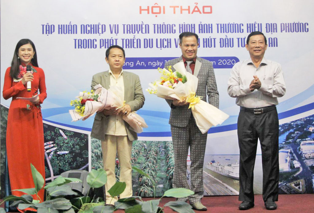 Director of the Department of Information and Communication - Nguyen Ba Luan presents flowers to the two speakers of the workshop