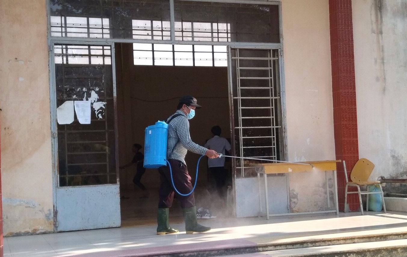 Các trường tiến hành phun thuốc diệt khuẩn - khử trùng lớp học, khuôn viên trường học