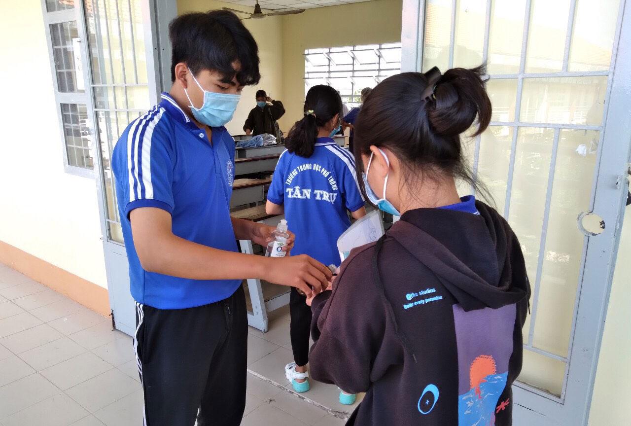 Học sinh rửa tay trước khi vào lớp