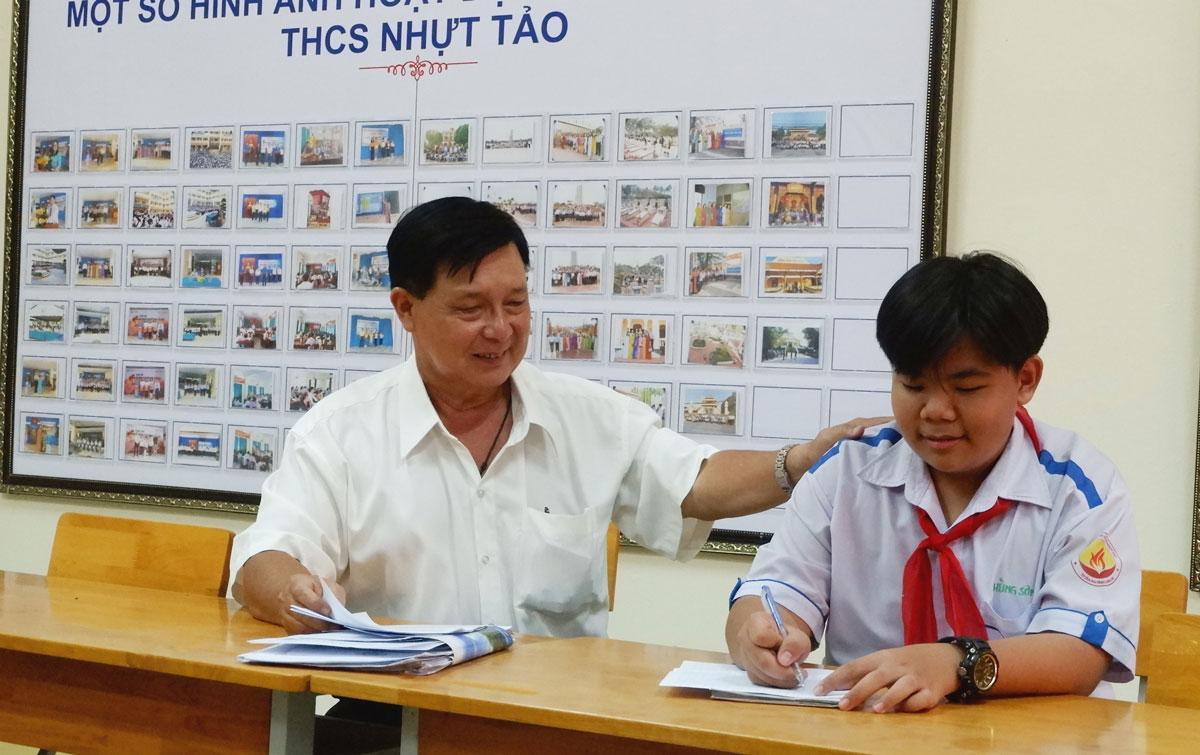 Thầy Bùi Anh Tuấn hướng dẫn em Nguyễn Trần Hùng Sơn viết bài thuyết trình cho mô hình